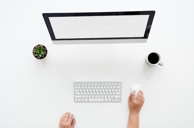 Vista ariel de usar um computador desktop
