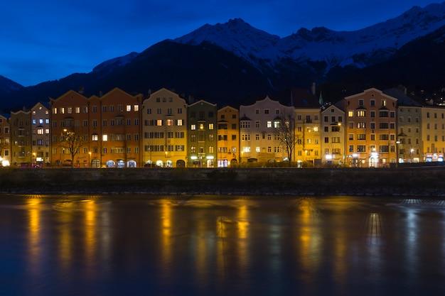 Vista, através, a, rio, de, colorido, edifícios, de, innsbruck, áustria, à noite