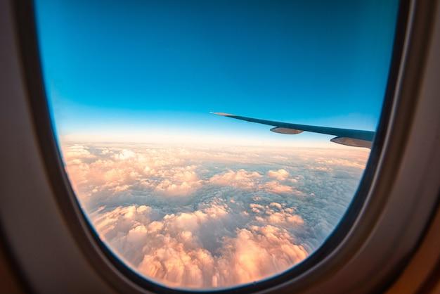 Vista através da janela de um avião