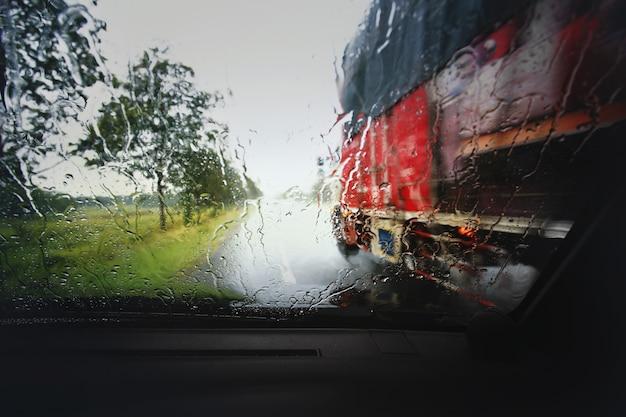 Vista através do escudo do vento do dia chuvoso forte, profundidade de composição de campo.