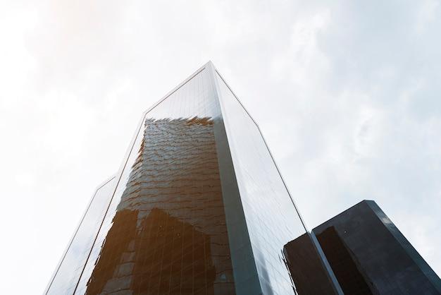 Vista baixa ângulo, com, grandioso, edifícios
