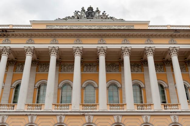 Vista baixa ângulo, de, a, museu, palácio mikhailovsky, st petersburg, rússia