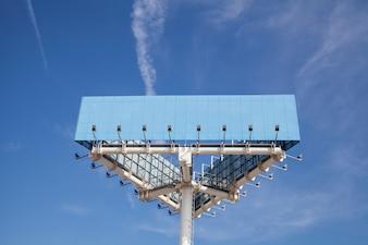 Vista baixa ângulo, de, azul, grande, hoarding, polaco, com, luz, contra, céu azul