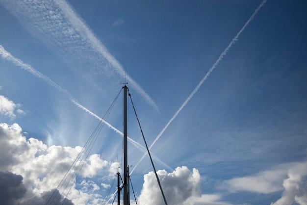 Vista baixa ângulo, de, electricidade, pylons, contra, céu, ischia, ilha, campania, itália