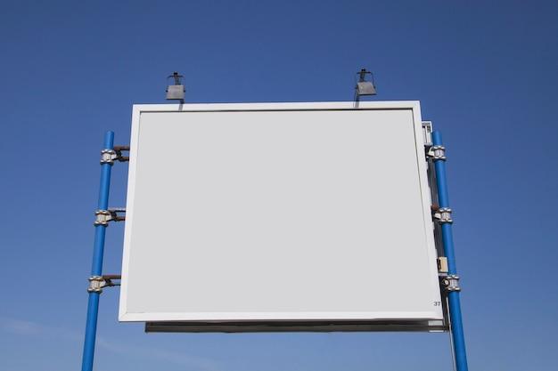 Vista baixa ângulo, de, em branco, açambarcamento, com, luzes, contra, céu azul