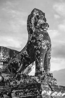 Vista baixa ângulo, de, escultura, em, pre, rup, templo, krong, siem, colha, siem, colha, cambodia