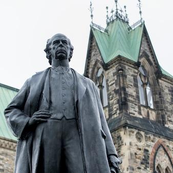 Vista baixa ângulo, de, estátua, de, wilfrid, laurier, colina parlamento, ottawa, ontário, canadá