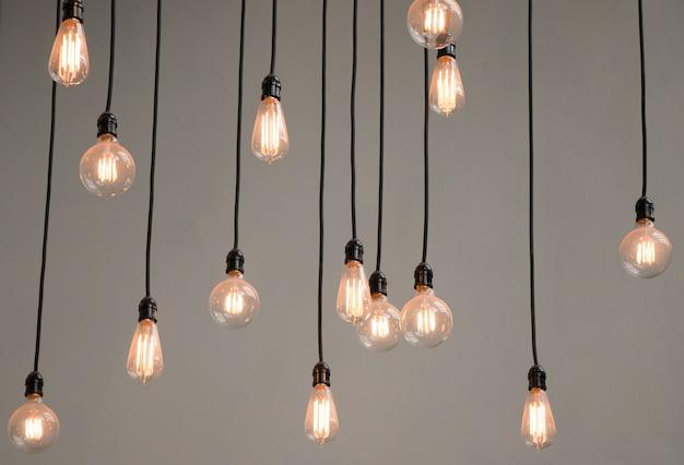 Vista baixa ângulo, de, iluminado, lâmpadas, penduradas, contra, parede