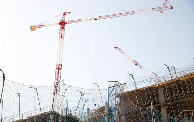 Vista baixa ângulo, de, local construção, contra, céu azul