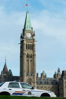 Vista baixa ângulo, de, torre pêssego, colina parlamento, Byward, mercado, ottawa, ontário, canadá