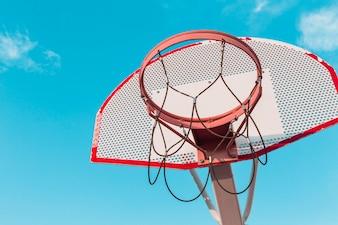 Vista baixa ângulo, de, um, cesta basquetebol