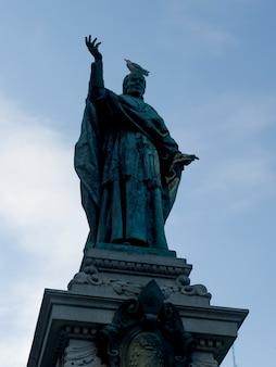 Vista baixa ângulo, de, um, estátua, montreal, quebec, canadá