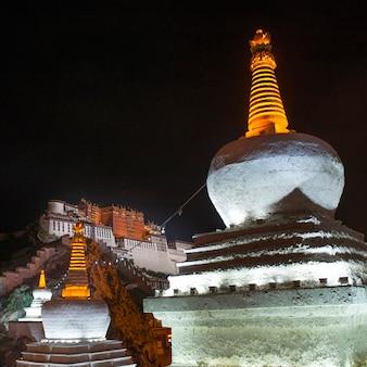 Vista baixa ângulo, de, um, stupa, com, palácio potala, em, a, fundo, lhasa, tibet, china