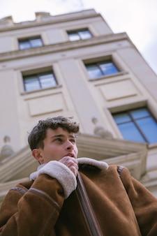 Vista baixa ângulo, homem, zipping cima, jaqueta