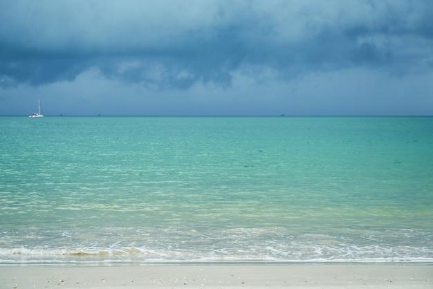 Vista bonita com céu nublado e mar da praia