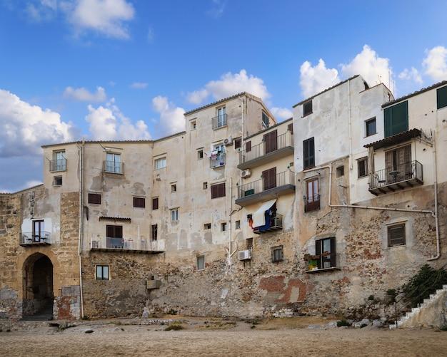 Vista bonita da cidade cefalu na ilha de sicília, itália.