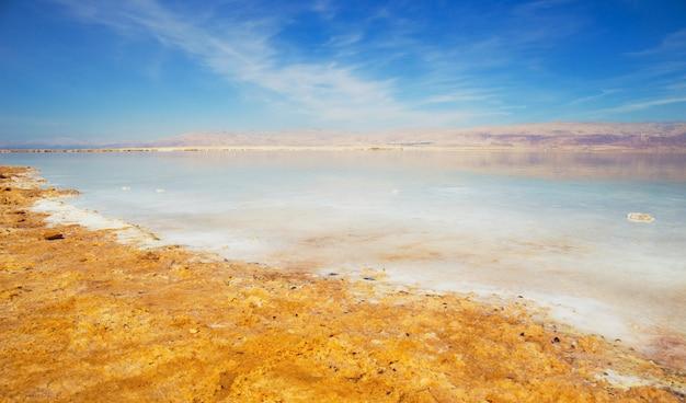 Vista bonita da costa salgada do mar morto com água clara. ein bokek, israel.