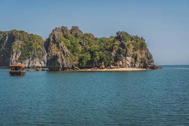 Vista bonita da ilha da rocha na baía de halong, vietname.