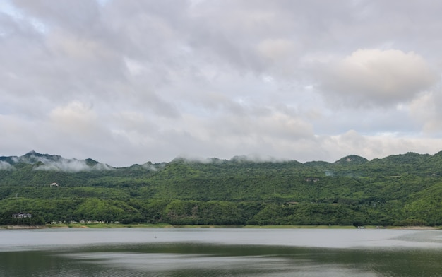 Vista bonita da natureza da barragem srinakarin depois de chover em kanchanaburi, tailândia