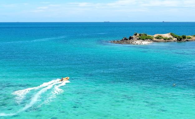 Vista bonita da praia tailândia de namsai de cima de, e barco da velocidade no mar.