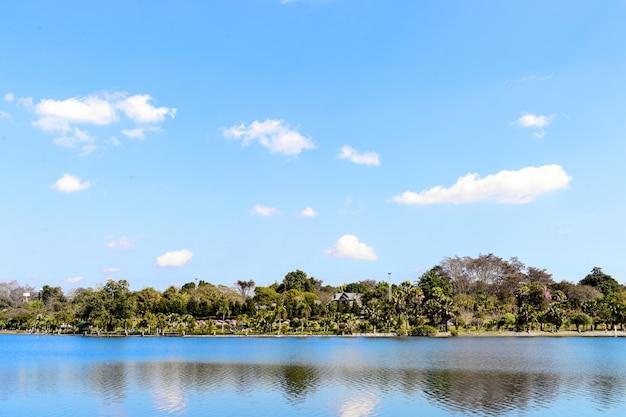 Vista bonita do parque de mae fah luang em chaing rai, tailândia com luz excedente no fundo
