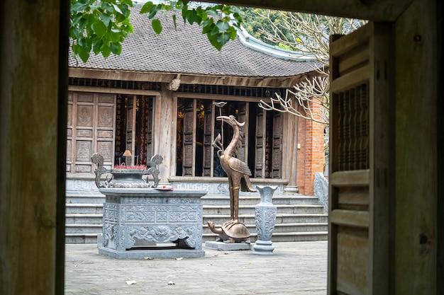 Vista bonita do templo em trang an, ninh binh, vietnã