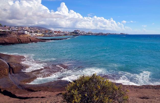 Vista bonita em oceano atlântico e em litoral em costa adeje, tenerife, ilhas canárias, espanha.