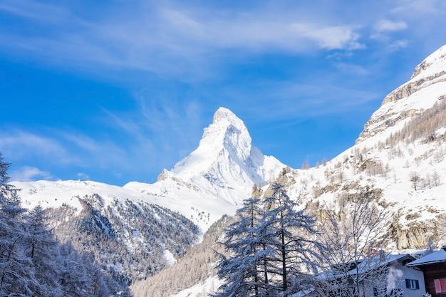 Vista bonita panorâmico do pico de matterhorn da montanha da neve, zermatt, suíça.