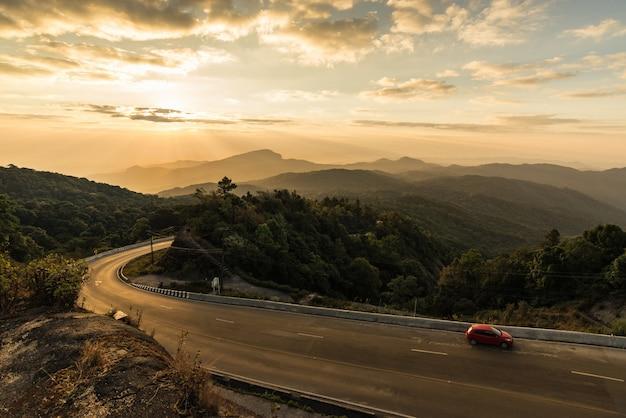 Vista cênico bonita do parque nacional de doi inthanon, nascer do sol surpreendente atrás das montanhas.