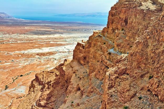 Vista cênico da montagem de masada no deserto de judean perto do mar morto, israel.