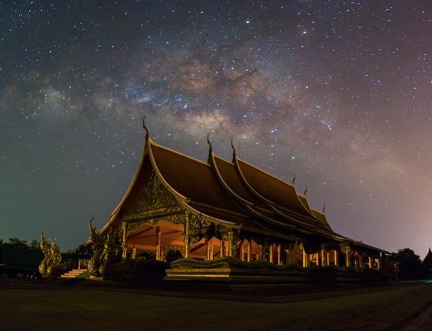 Vista cênico de wat sirindhornwararam ubon ratchathani, tailândia.