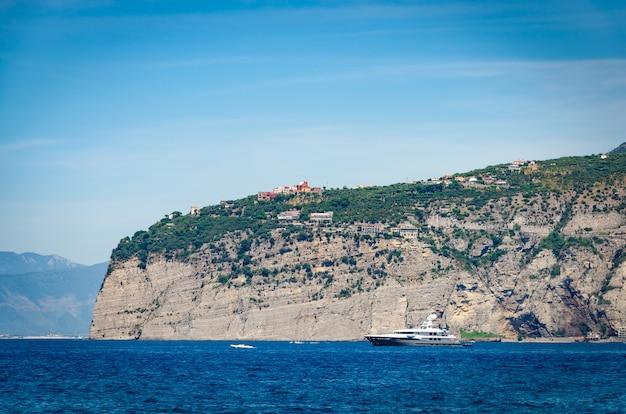 Vista cênico do porto e dos penhascos de sorrento na costa de amalfitan.