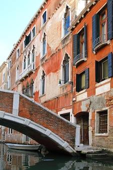 Vista clássica de veneza com canal e edifícios antigos, itália