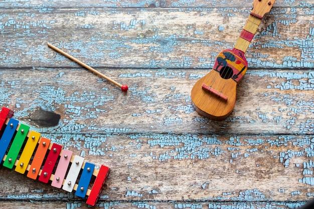 Vista colorida de um venezuelano cuatro e xilofone