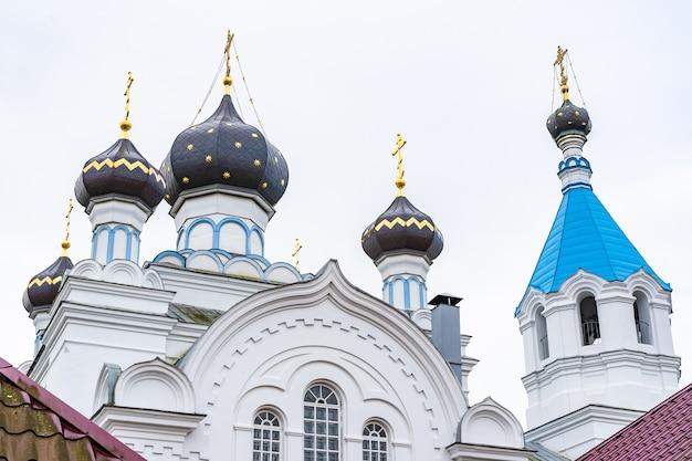Vista com as cúpulas de uma igreja ortodoxa contra o céu
