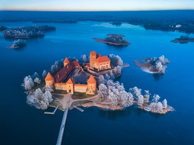 Vista congelada do castelo de trakai no inverno, vista aérea do castelo