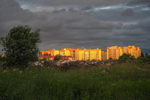 Vista contrastante brilhante do novo bairro residencial na periferia da cidade