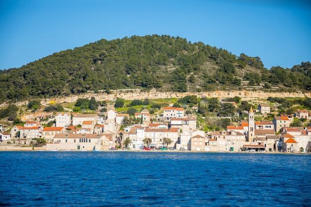 Vista da água da cidade mediterrânea vis sem turistas. destino yachtind, ilha vis na croácia