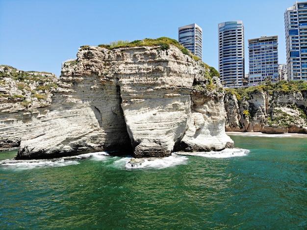 Vista da água na rocha mais popular de beirute. líbano