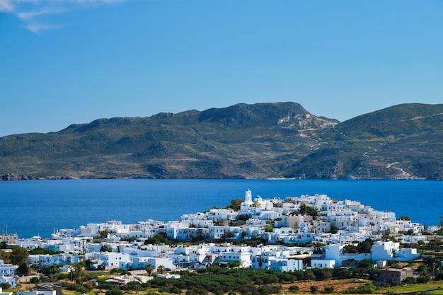 Vista da aldeia de plaka com a tradicional igreja grega de milos, ilha da grécia