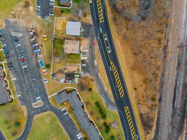 Vista da altura das árvores e casas amarelas da estrada
