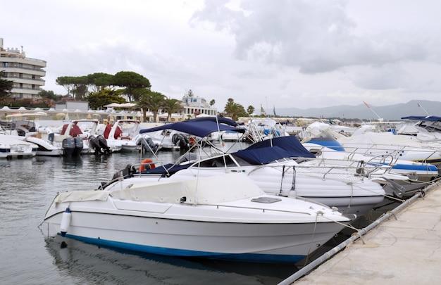 Vista da amarração do mar com barcos