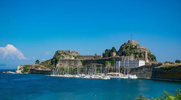 Vista da antiga fortaleza de corfu com iates