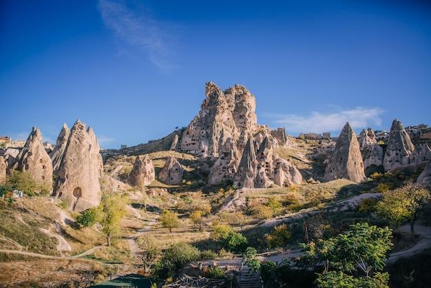 Vista da antiga fortaleza de uchisar, dia ensolarado