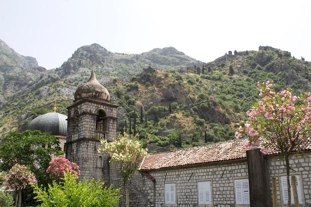 Vista da antiga igreja, fortaleza e montanhas em um dia de verão. kotor. montenegro.