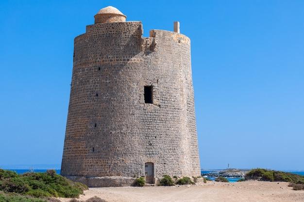 Vista da antiga torre de observação em ibiza, espanha