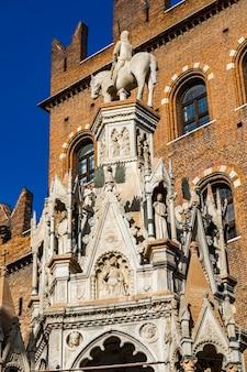 Vista da arca de cansignorio da tumba monumental da família scala em verona, itália