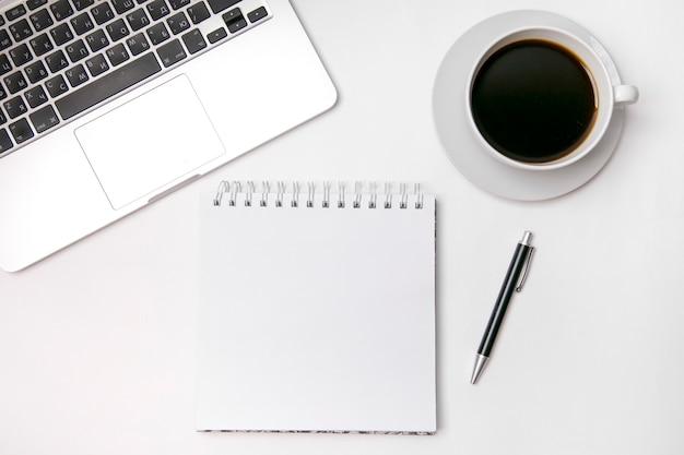 Vista da área de trabalho com café e laptop