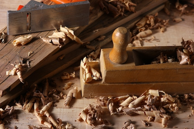 Vista da área de trabalho na carpintaria. aparas de madeira e ferramentas de carpinteiro