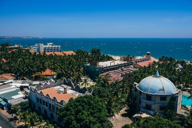 Vista da área do resort em mui ne no vietnã a partir do topo do telhado